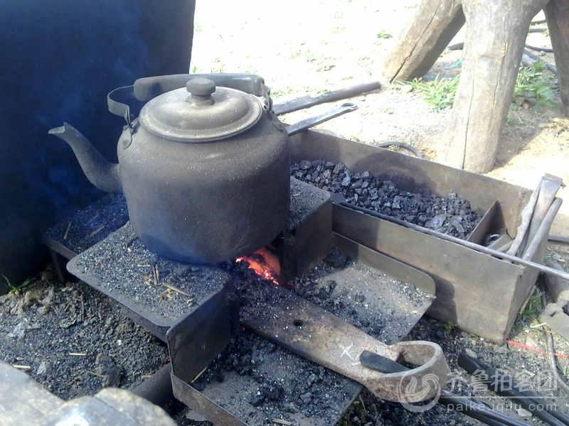 在集市上拍到的铁匠炉,不多见了!