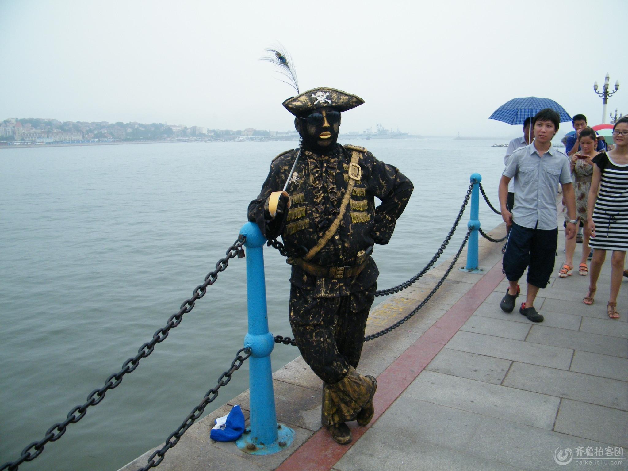 美丽景点的特殊人物记青岛栈桥