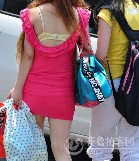 街拍:美女的乳罩怎么露在外面了?