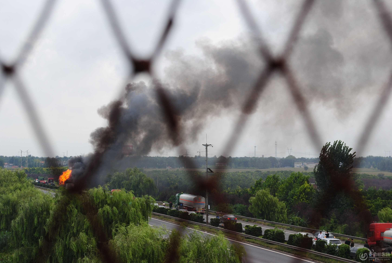 今天下午济青高速唐王立交东(青岛方向)发生一油罐车