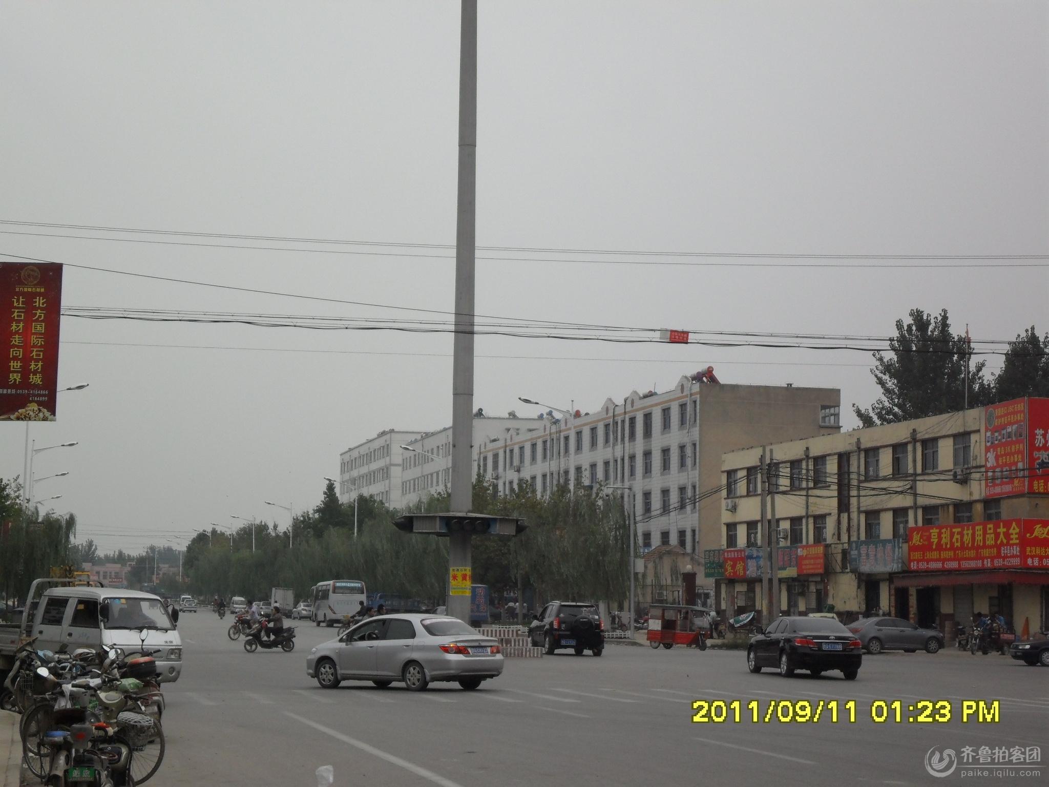平邑县车流量最大的十字口路红绿灯竞然不亮