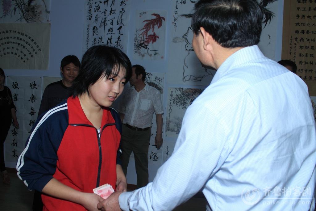 李市长当场给马海云2000元的救助金,并嘱咐道:你家的困难,就是大家