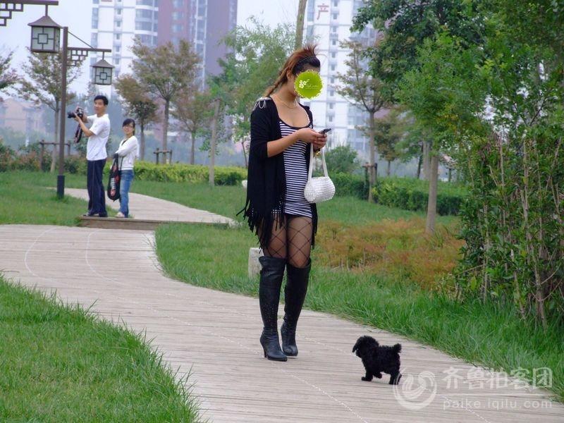 黑丝美女带进入公共场所
