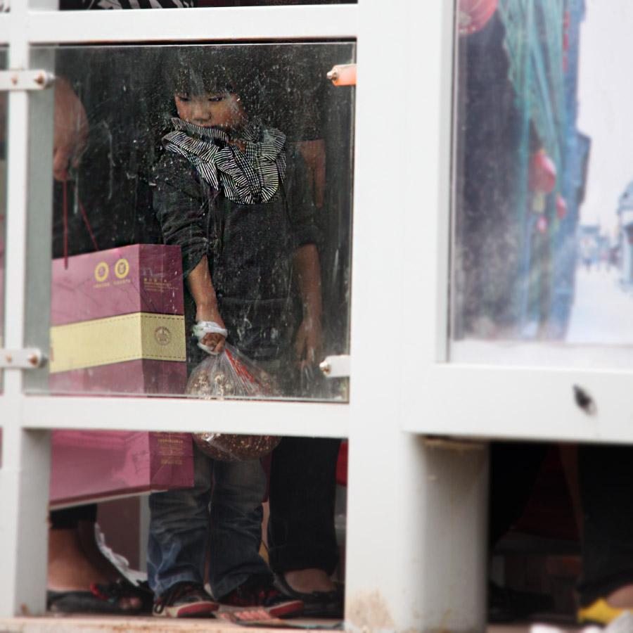 《BRT站前的小女孩》 --作者张志国.jpg