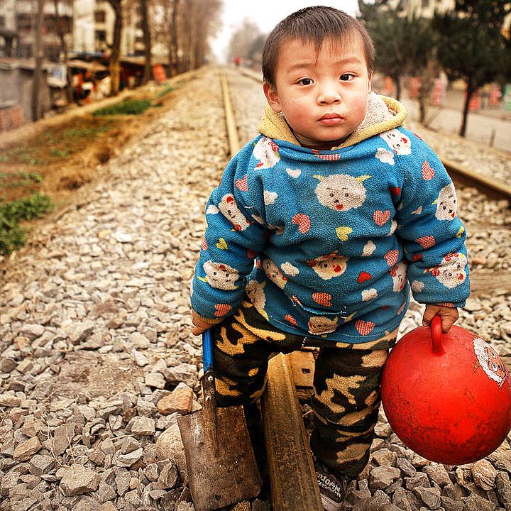 《老铁道上的小孩子》.jpg