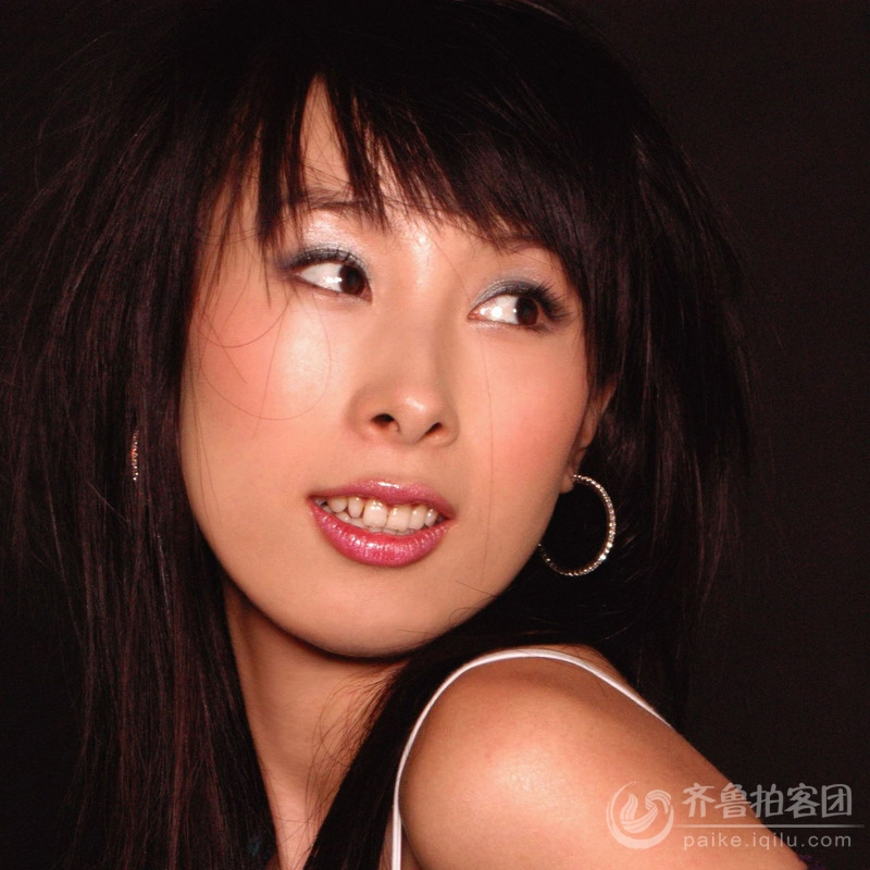 网络歌手王麟在邹城英皇国际举行签名活动 - 济