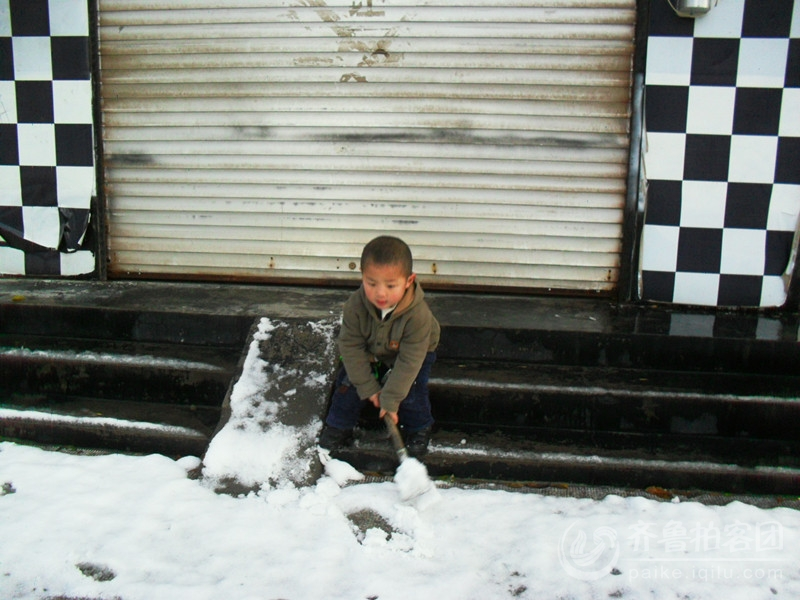 帮妈妈扫雪的孩子图片