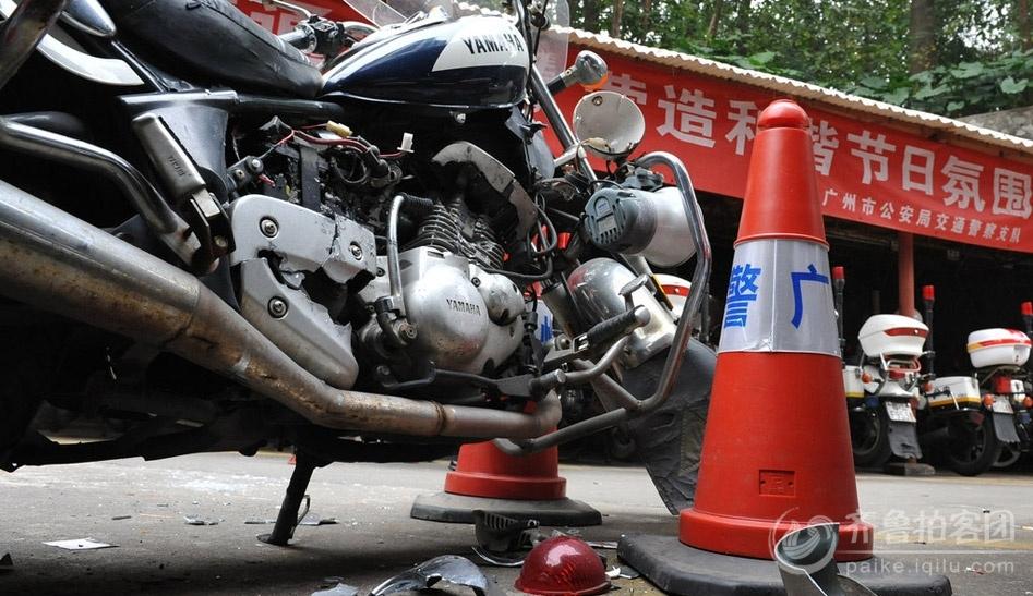 广州男子买一斧一锤 冲入交警队砸坏警用摩托