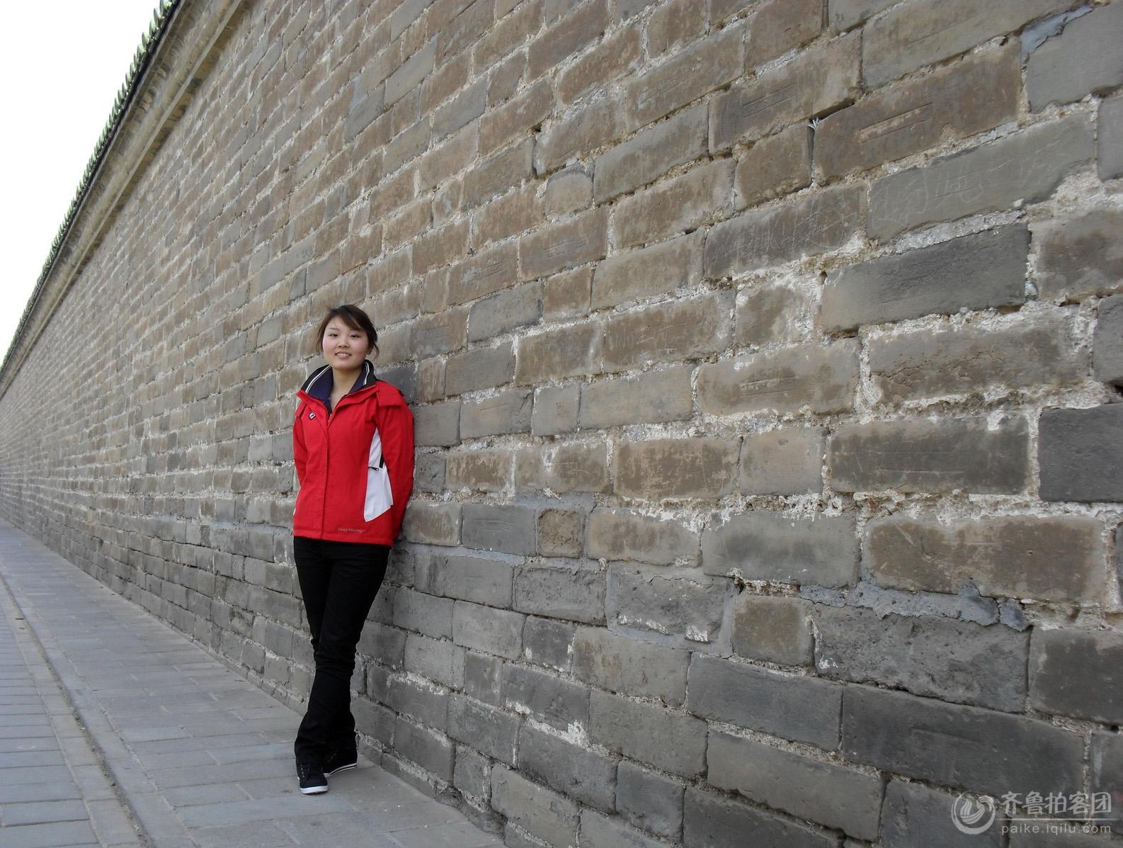 北京天坛的古墙与美女
