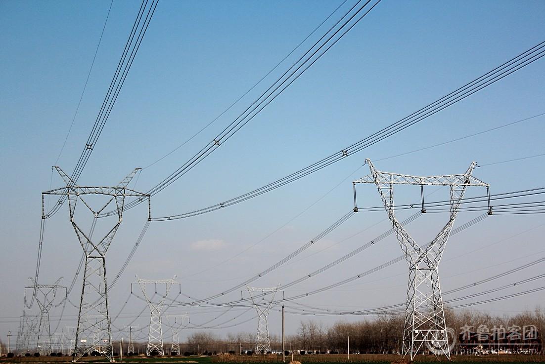 蓝天下的高压铁塔