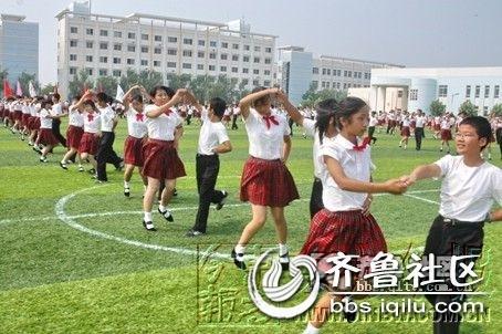 在鹤壁市外国语中学的操场上,256名初中男女生列成方阵.