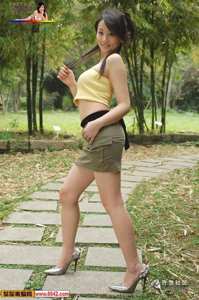 街拍街上穿超短裙女人 街上女人穿超短裙图 女人穿超短裙子上楼梯