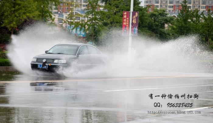 发点车过水溅起水花的照片