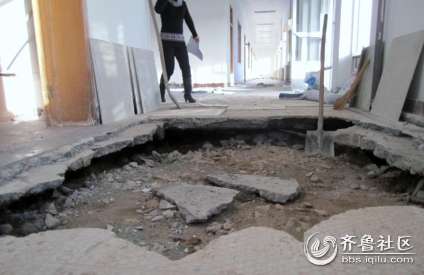 地面下沉,办公楼内惊现大坑!