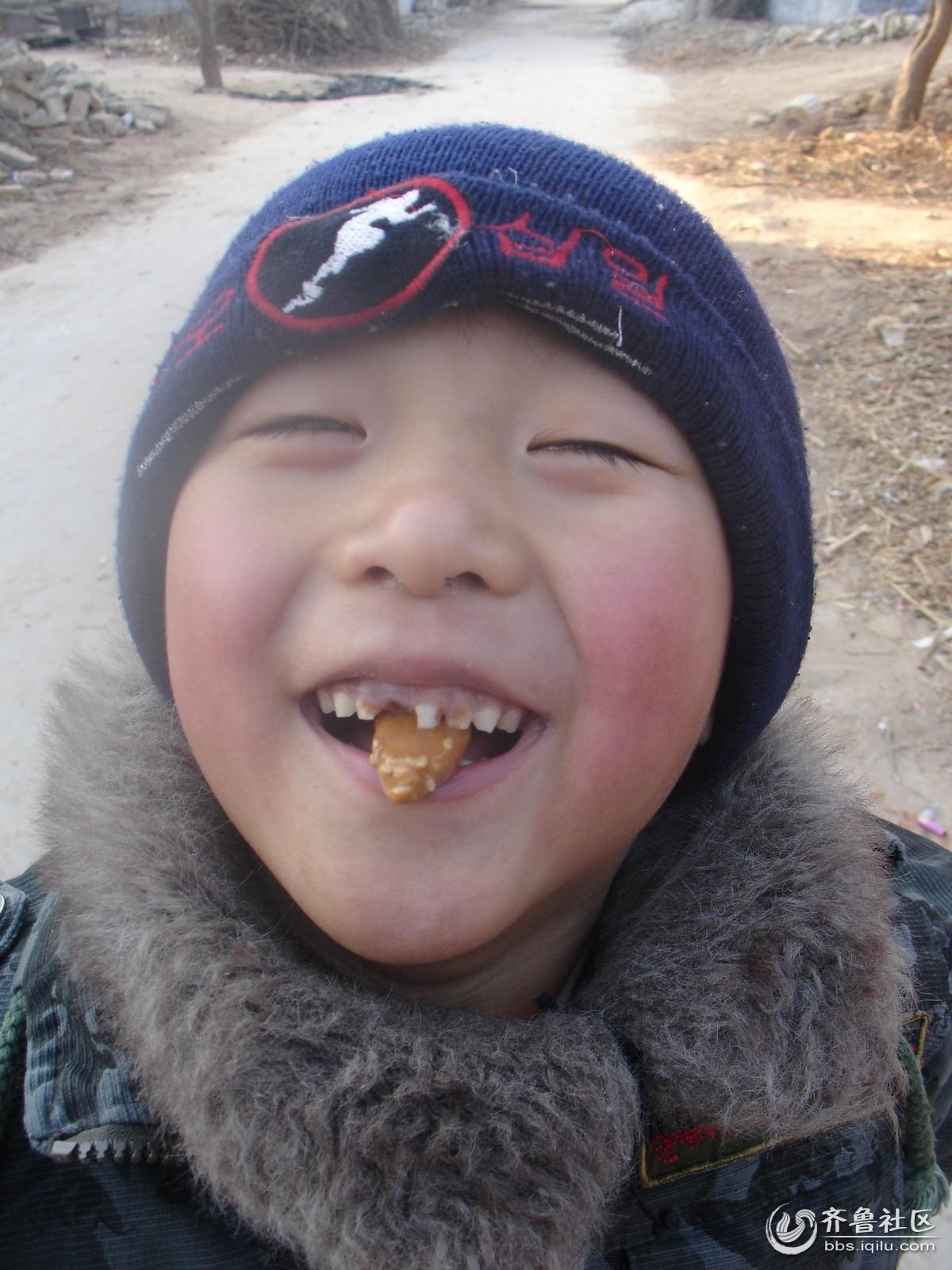 吃糖的小男孩