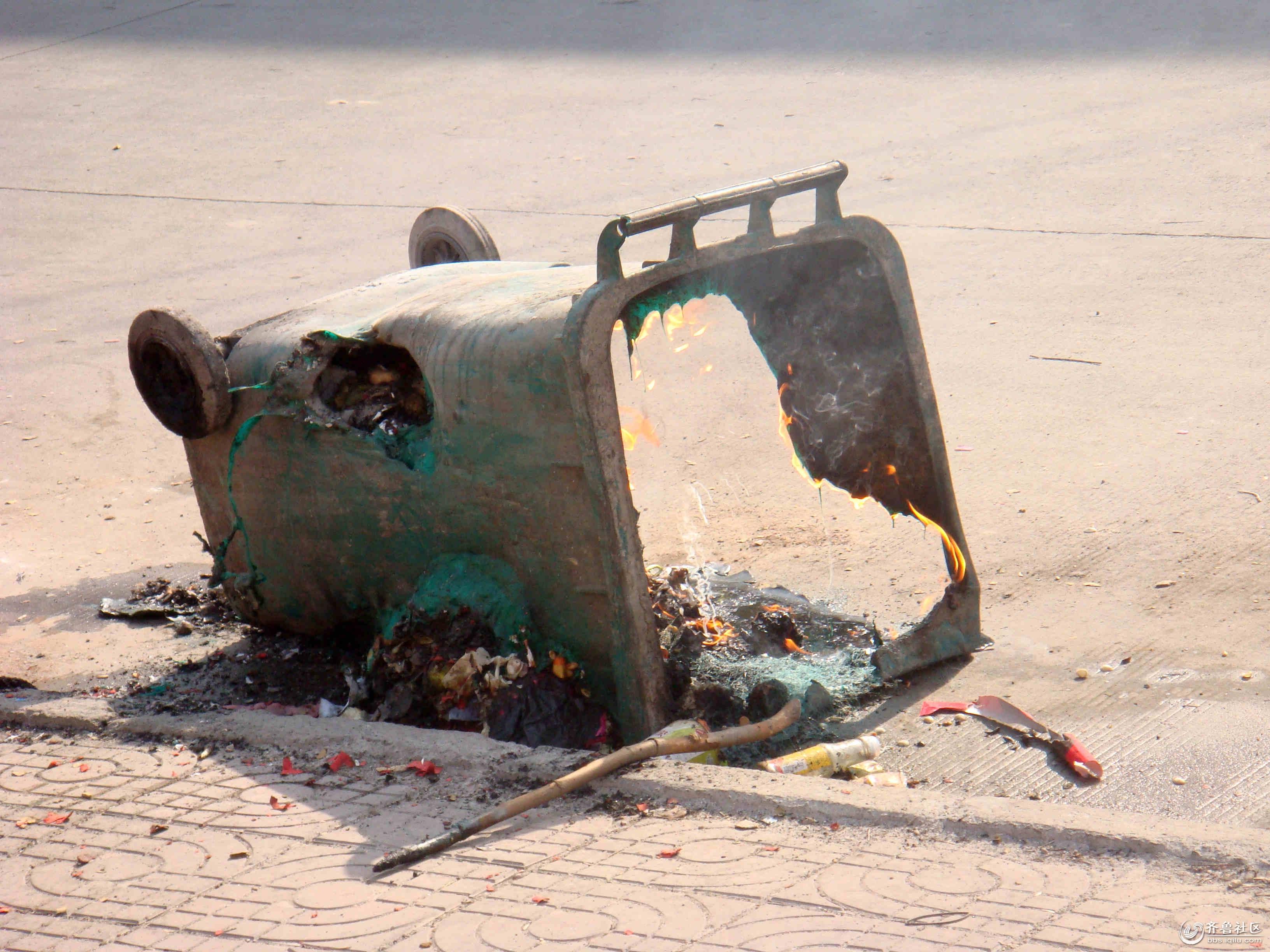 近日来,笔者跑街发现在沂南县城区不断有垃圾桶被烧,这不仅妨碍了他人的使用,也使得环卫工人清运垃圾难度增大。笔者咨询了相关人员:一个垃圾桶成本价大约要360元,部分窟窿小的垃圾桶可能可以通过修补后重新使用,现在这些被烧坏的基本上不能再用了。但也不会浪费,会当废旧塑料进行回收处理。相关人员向笔者说到:希望市民们以后要把蜂窝煤灭熄才扔,不然很容易引起火灾的。还有尽量不要往垃圾桶仍还未熄灭的烟头。目前的垃圾桶全部是采用高密度聚乙烯原料制成。如果市民将未燃尽的蜂窝煤与生活垃圾一起投放,不仅容易烧坏垃圾桶,而且还