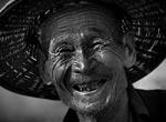 村头偶遇的农村老人