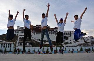 布达拉宫前舞动的青春